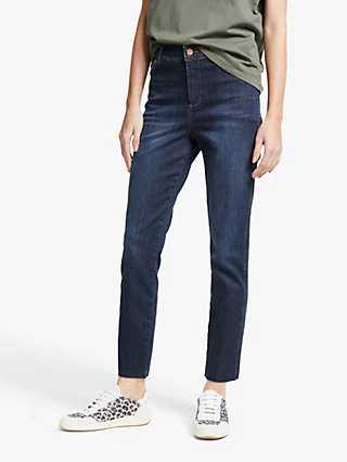A generous cut Mom jean ideal with sneakers