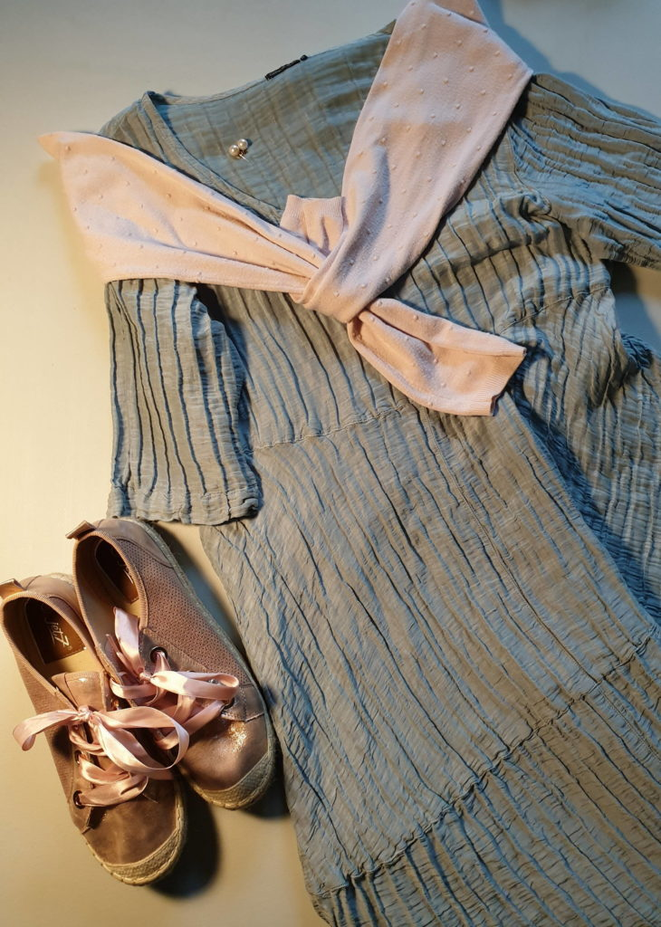 A midi dress in blue-green with pink sneakers and a pink cardigan for a special  outfit in a capsule wardrobe